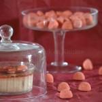 Photo-Crème brûlée aux fraises tagada thème gourmandise présentées dans une cloche en verre transparente