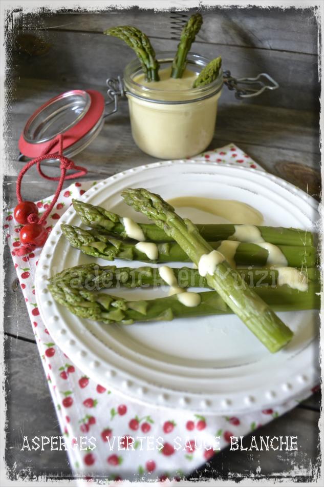 Présentation à l'assiette des asperges vertes et sa sauce blanche pour une entrée du repas de Pâques