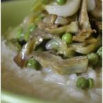 Recette du risotto aux légumes bio printaniers avec des petits pois, courgettes et artichauts, cuisine italienne